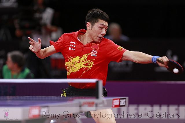 乒乓球打直拍的小朋友,轉橫拍好嗎?(Image courtesy of Remy Gros at Flickr)